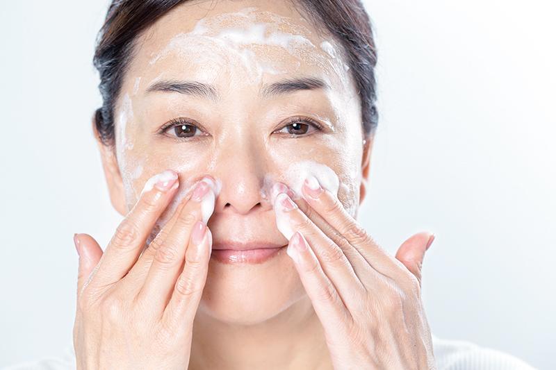 小鼻の脇を洗っている女性