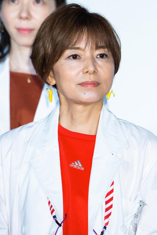 ショートカットの山口智子が白衣を着ている