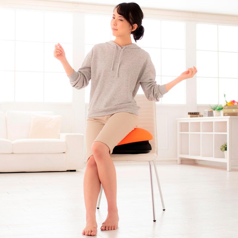 フィットネス機器『バランスボーイ mini』に座る女性