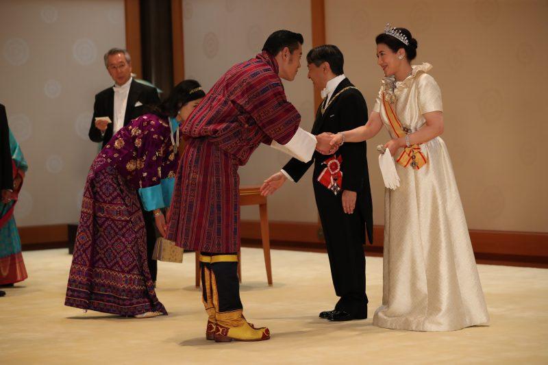 天皇陛下と皇后雅子さまがブータン国王ご夫妻とご挨拶をしている