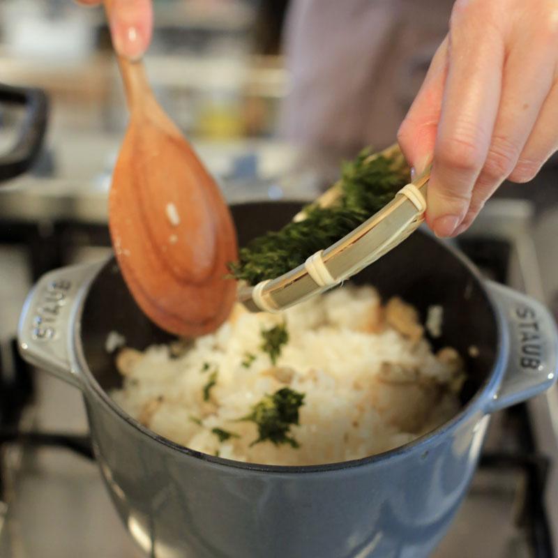 「あさりとあおさ海苔の炊き込みご飯」を作っているところ