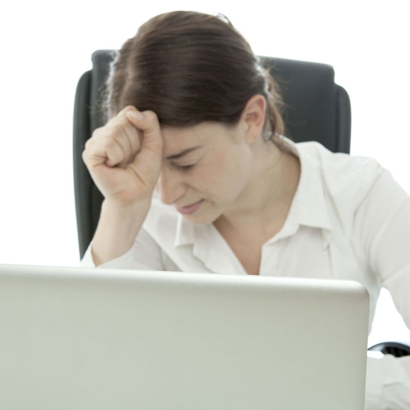 PCで作業中し疲れてる女性
