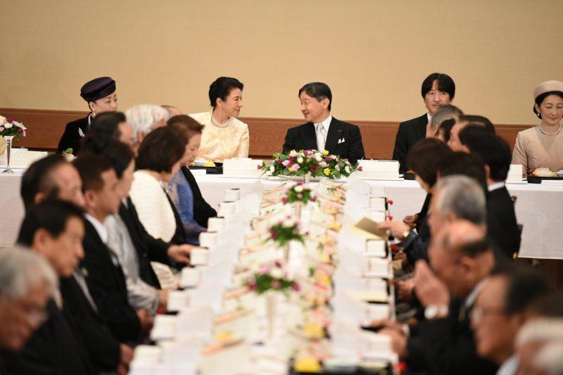 饗宴の儀でテーブルに座り天皇陛下と皇后雅子さまが談笑されている