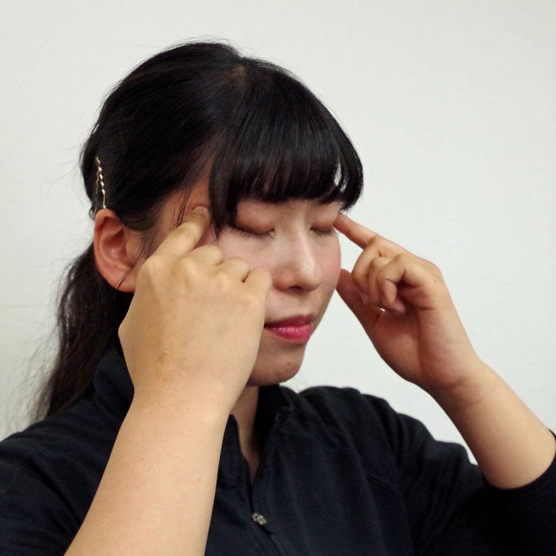 眼精疲労マッサージしている女性