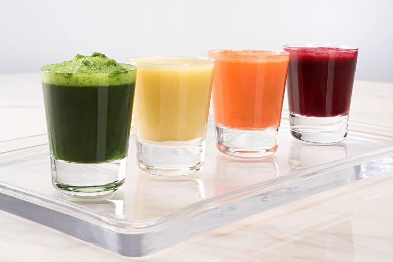 4種類の野菜ジュースが並んでいる