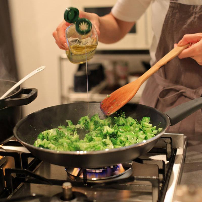 「ブロッコリーのペペロンチーノ」をフライパンで作っているところ