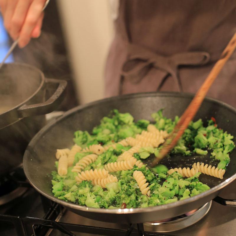 「ブロッコリーのペペロンチーノ」をフライパンで作っている