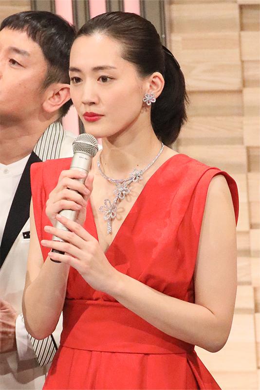 綾瀬はるかがシルバーにたくさんのジュエリーがついた花モチーフのネックレスとイヤリングをつけている