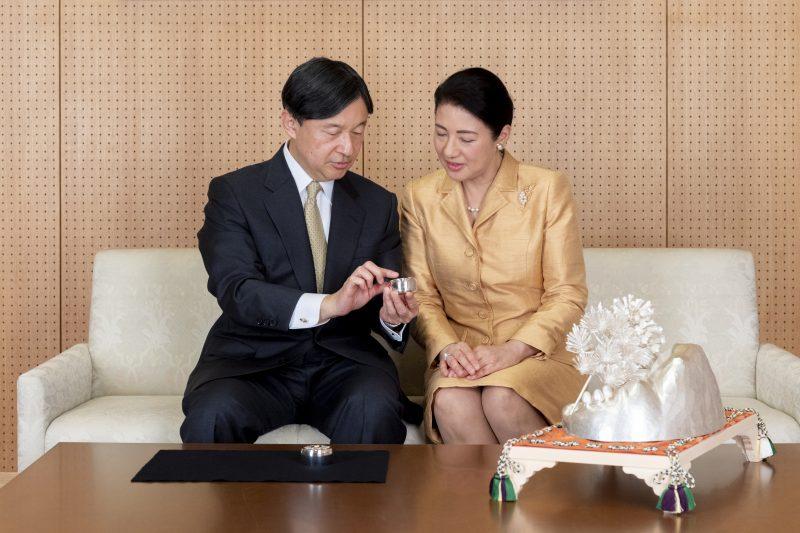 天皇陛下と皇后雅子さまがソファに座ってボンボニエールを手にしてお話しをされている