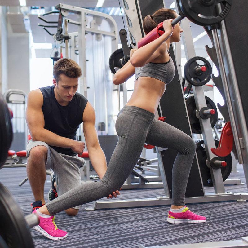 ジムでトレーニングしてる女性
