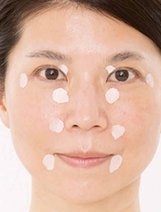 すっぴん肌の溝部分に化粧下地を乗せた女性の顔