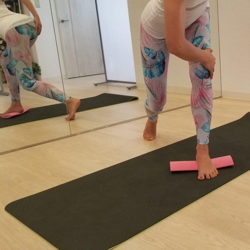re frame conditioning academyのちょいサポという運動ツールを足で踏みエクササイズしている女性