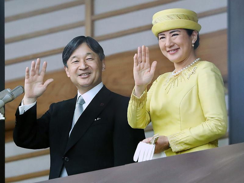 一般参賀でお手振りされる天皇陛下と雅子さま