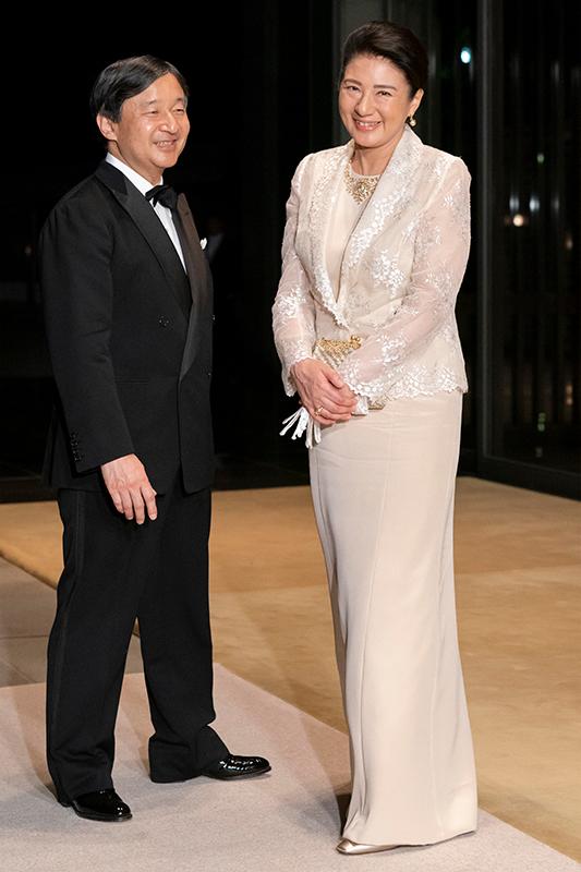 タキシード姿の天皇陛下と薄いベージュのロングドレスに同色のジャケットを羽織られている皇后雅子さま