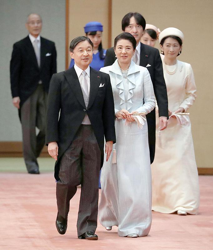 天皇陛下と皇后雅子さまが歩いておられる