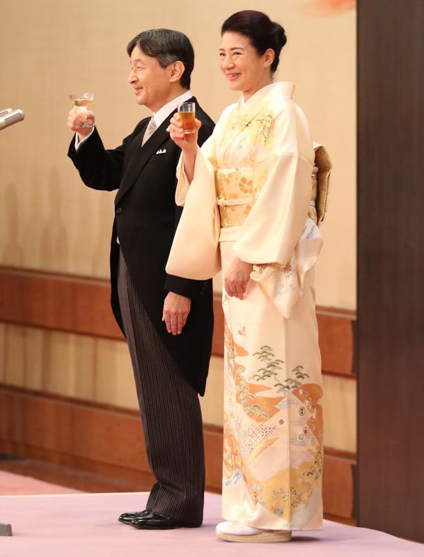天皇陛下と皇后雅子さまが乾杯をされている