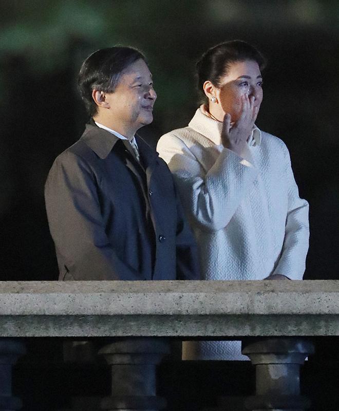 国民祭典を天皇陛下と皇后雅子さまがご覧になり、雅子さまは涙をぬぐっている