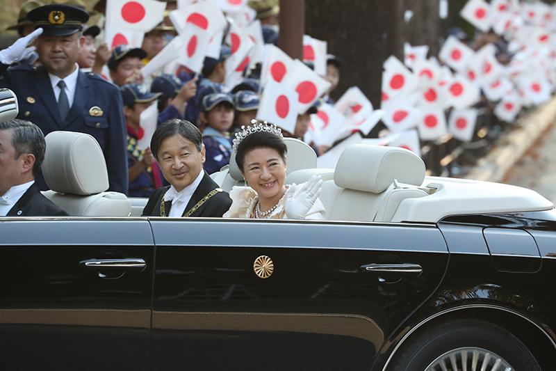 天皇陛下と皇后雅子さまが笑顔でオープンカーに乗っていらっしゃる