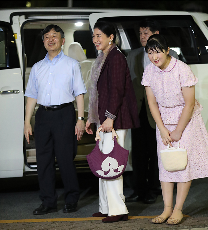 天皇陛下と皇后雅子さま、愛子さまが車に乗り込む前に沿道の方へ笑顔で応えていらっしゃる
