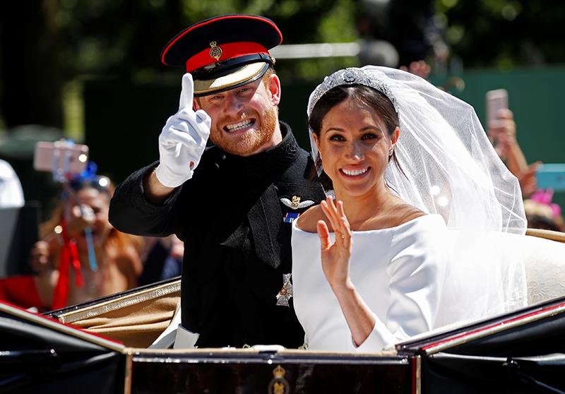 オープンカーで結婚パレードをするヘンリー王子とメーガン妃