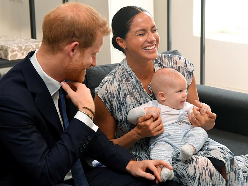 にこやかなヘンリー王子とアーチ―くんを抱いて笑顔のメーガン妃