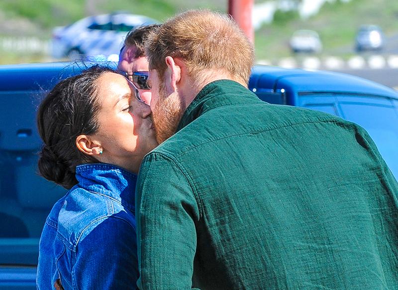 ヘンリー王子とメーガン妃がキスをしている