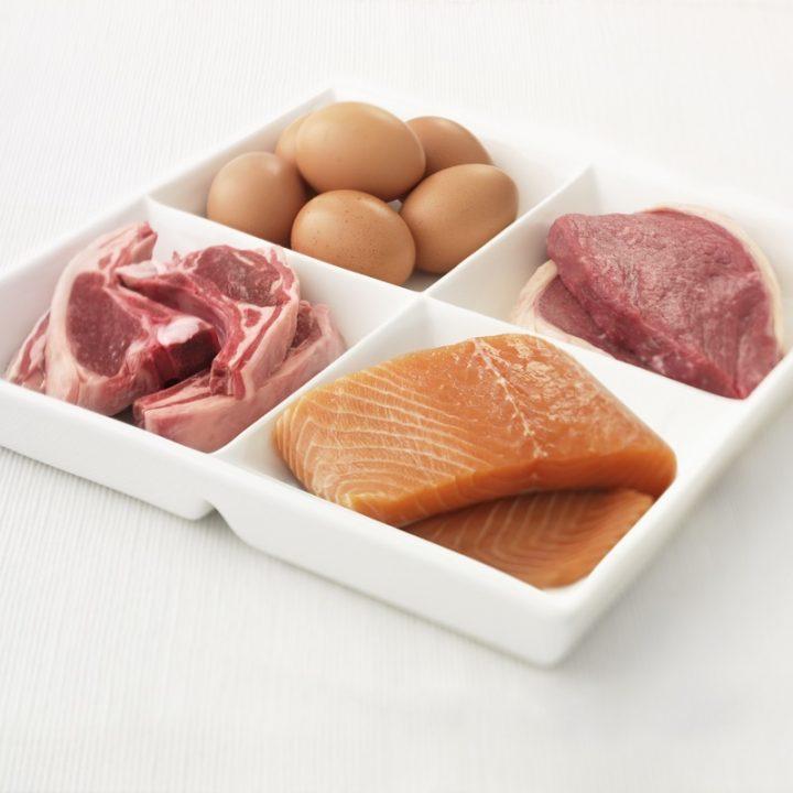 卵、ラム肉、サーモン、豚肉が乗った皿