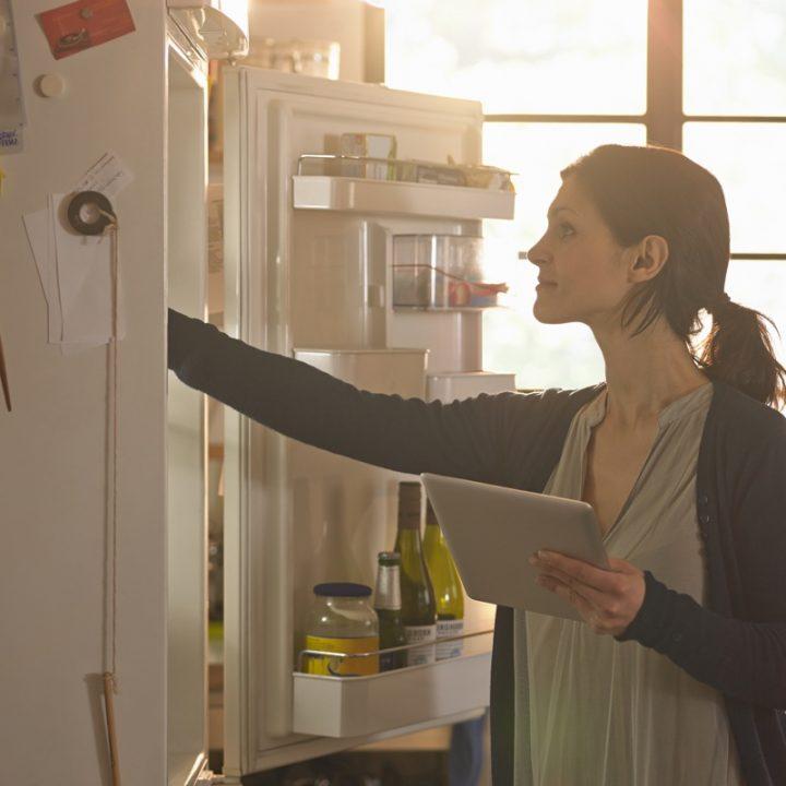 冷蔵庫をチェックする女性