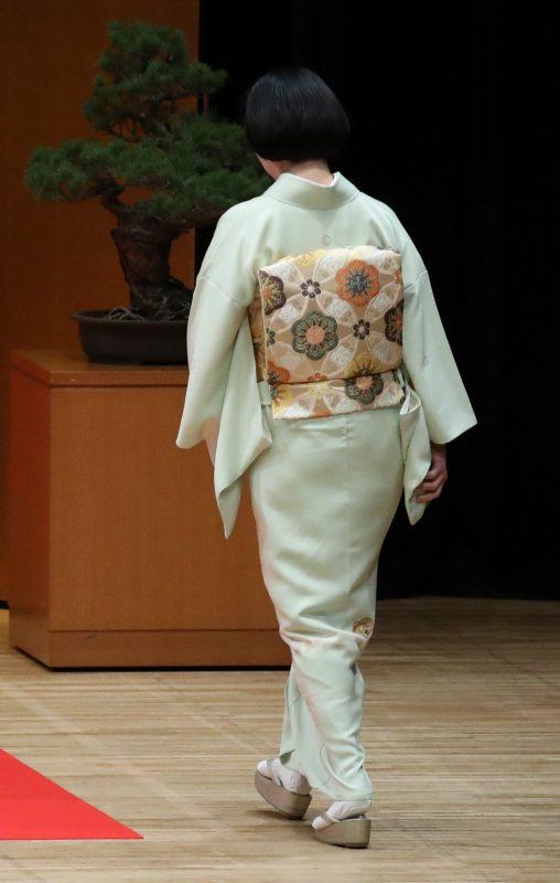 第60回交通安全国民運動中央大会にご臨席される秋篠宮妃紀子さまの後姿