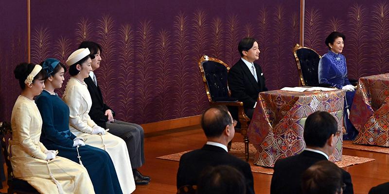 講書始の儀に参加された天皇陛下と雅子さま、秋篠宮さま、紀子さま、眞子さま、佳子さまが熱心にご進講をお聞きになっている