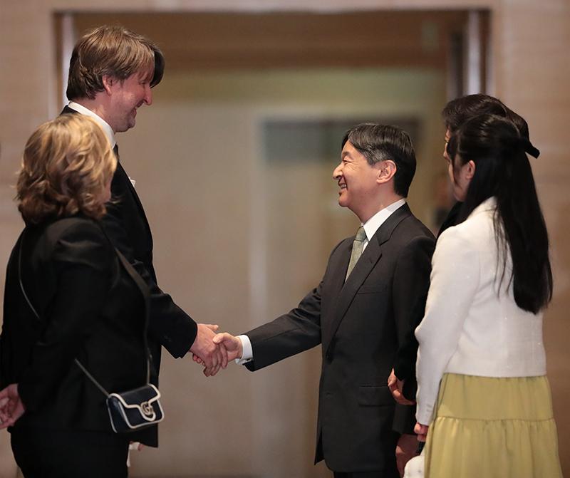 映画関係者と握手を交わされる天皇陛下