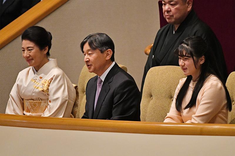 スーツ姿の天皇陛下とクリーム色のお着物姿の雅子さま、クリーム色のワンピース姿の愛子さまが並んで大相撲を観戦していらっしゃる