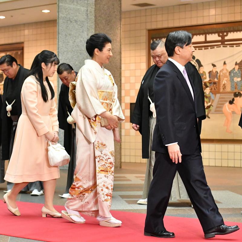 スーツ姿の天皇陛下とクリーム色のお着物姿の雅子さま、クリーム色のワンピース姿の愛子さまが並んで歩いていらっしゃる