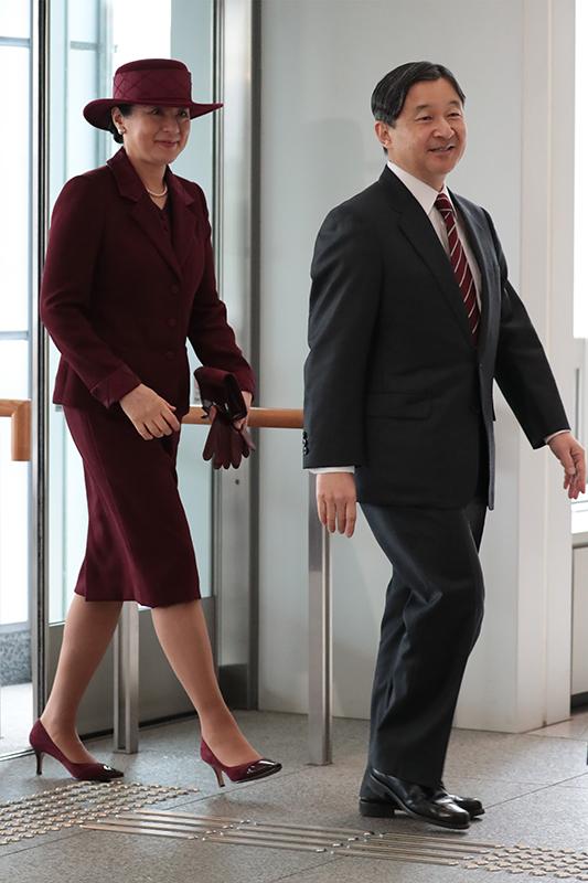 スーツ姿の天皇陛下とワインカラーのスーツと帽子を身につけられた雅子さま