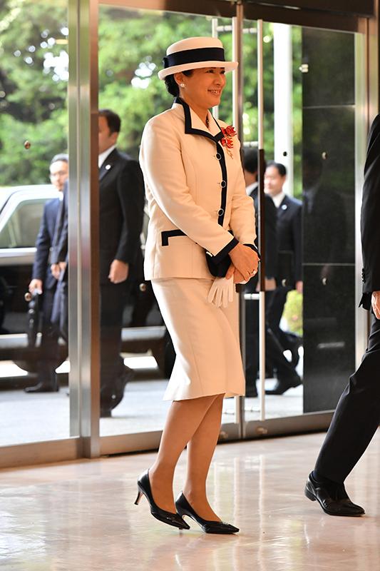 白と紺のツートンカラーのジャケットに白のタイトスカート姿の雅子さま