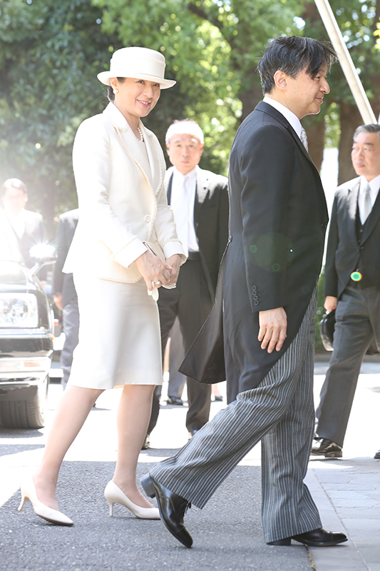 モーニング姿の天皇陛下とスーツや帽子などすべて白でまとめた皇后雅子さま