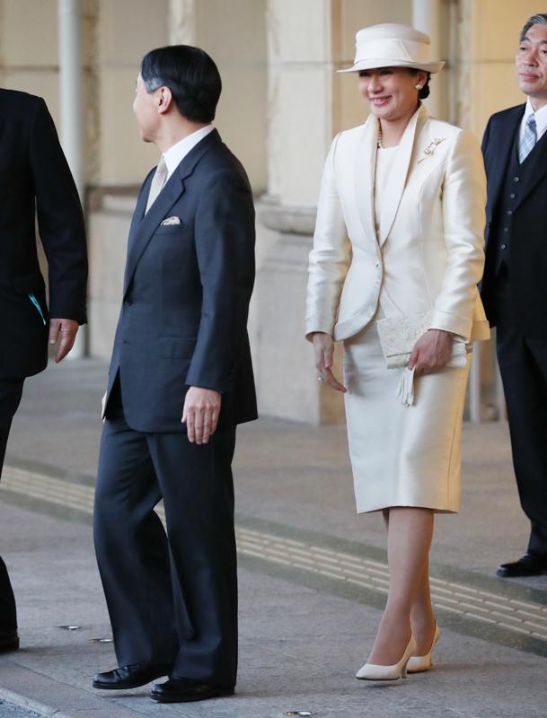 ツヤのあるオフホワイトのスーツをお召しになった雅子さま
