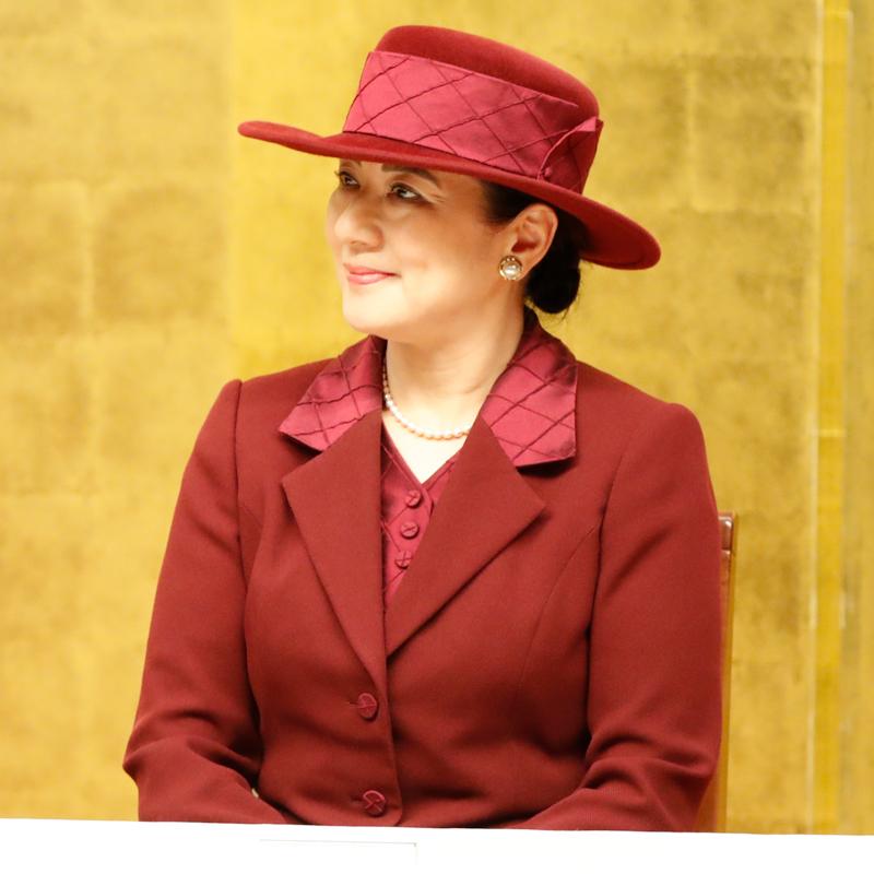 ワインカラーのスーツと帽子を身につけられた雅子さま