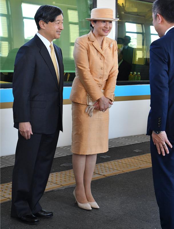 天皇皇后両陛下が笑顔で会話をされている
