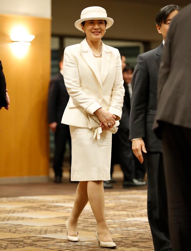 白いスーツをお召しになって、笑顔でお歩きになる雅子さま