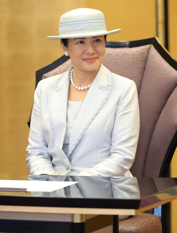 ブレードが特徴的な淡いブルーのスーツをお召しになった雅子さま