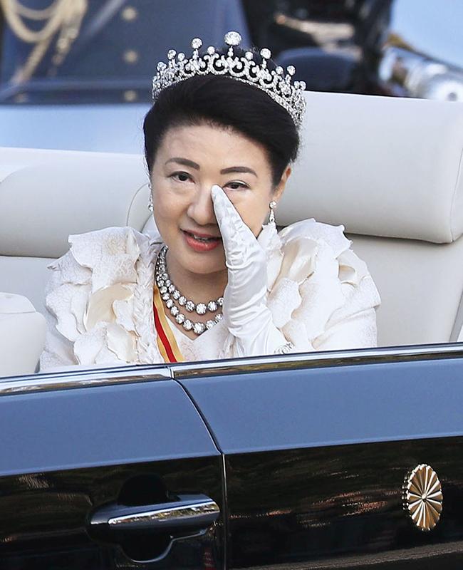 オープンカーに乗って涙を拭われる雅子さま
