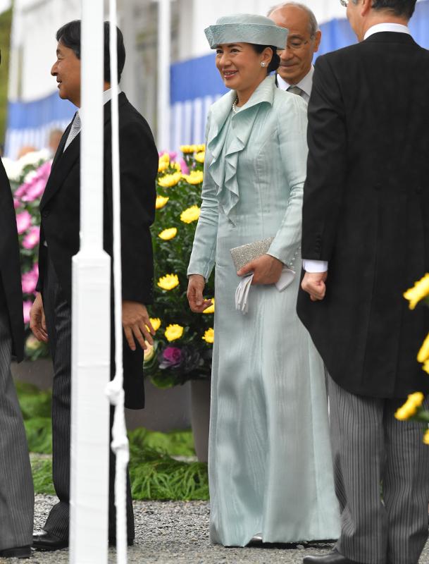 ラッフルカラーのロングドレスをお召しになった雅子さま