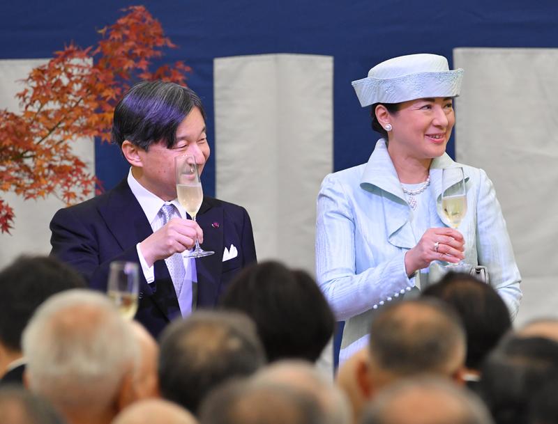 グラスを手に乾杯をされる天皇皇后両陛下