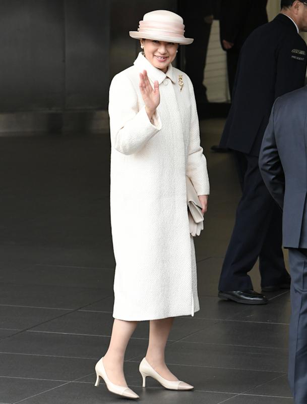 純白のコートをお召しになり、手を振られる雅子さま