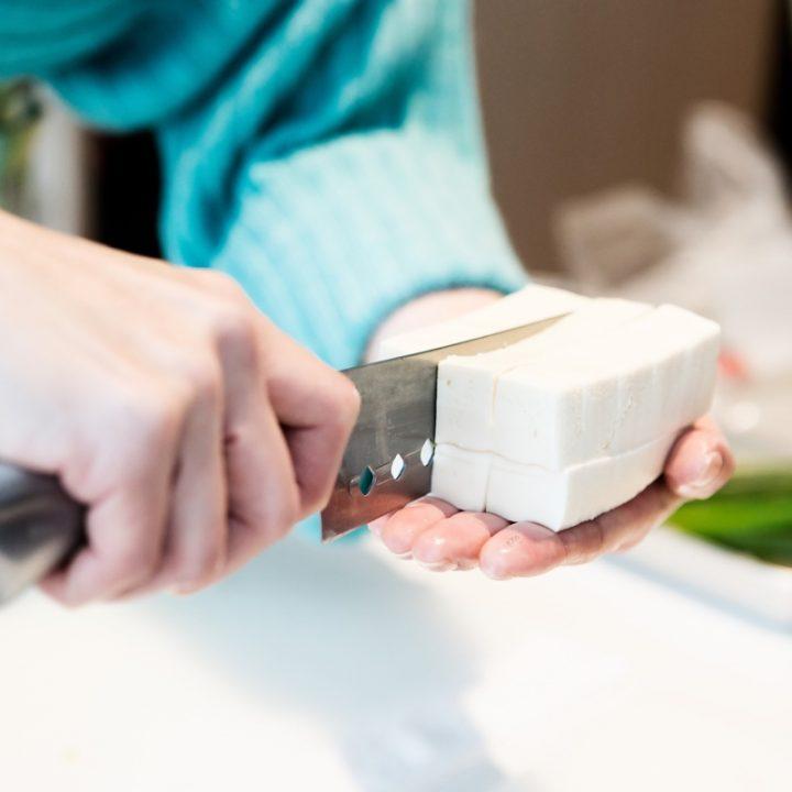 手のひらの上で豆腐を切っている様子