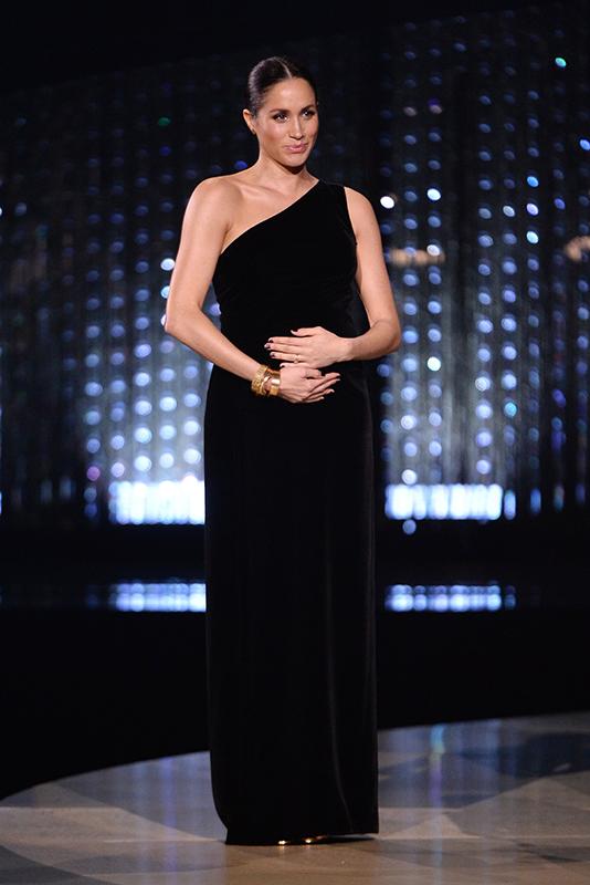 黒のワンショルダードレスを着たメーガン妃