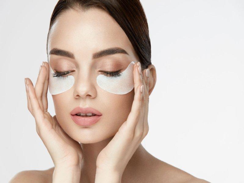 目の下にマスクを貼った外国人女性