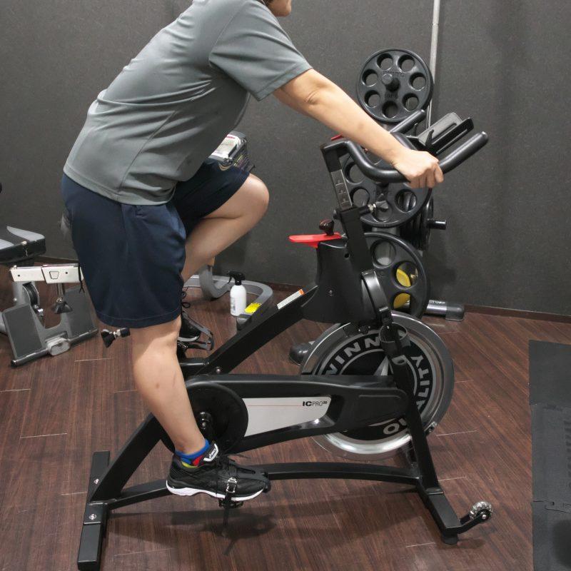 バイクで有酸素運動に励む