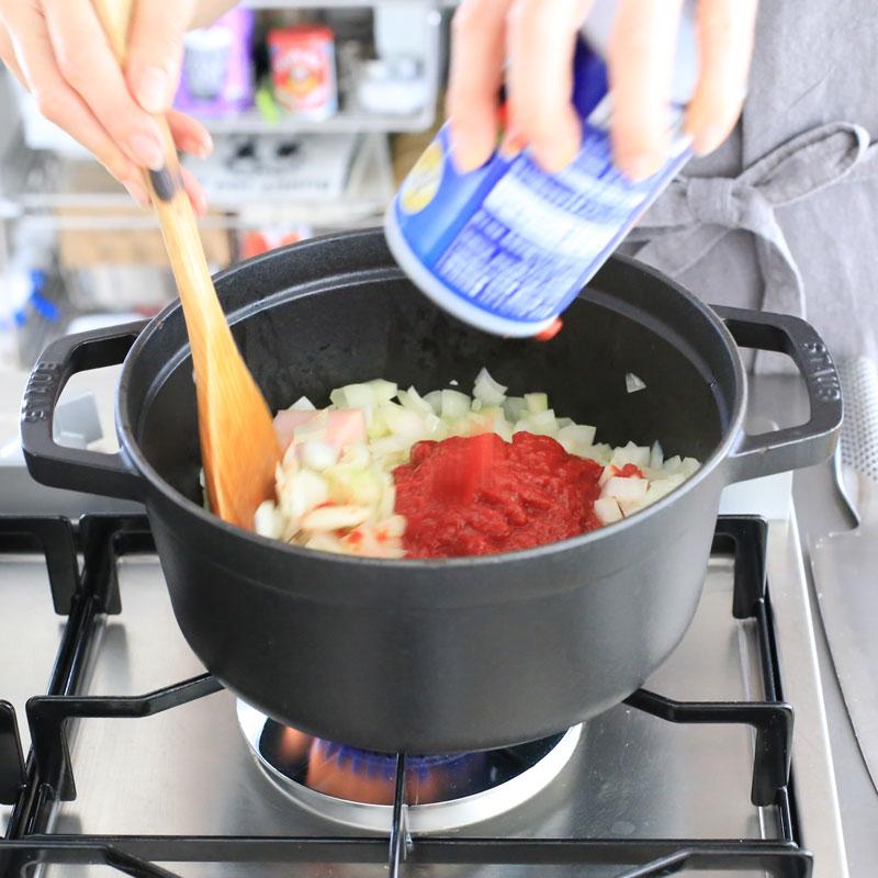 「カスレ風煮込み」を鍋で作っている